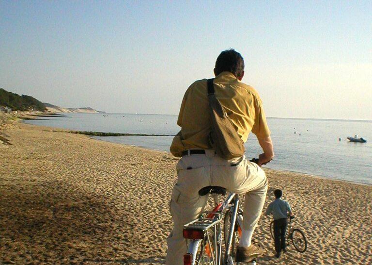 Famille à vélo sur le bassin d'Arcachon - Port de Taussat