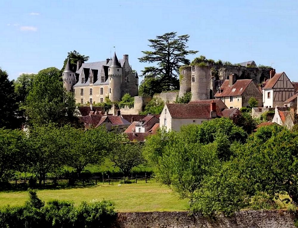 Place centrale de Pujols - Circuit groupe dans le Lot et Garonne